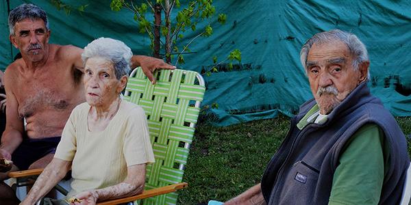 Foto de varias personas en un patio, hecha por Roberto Gomez